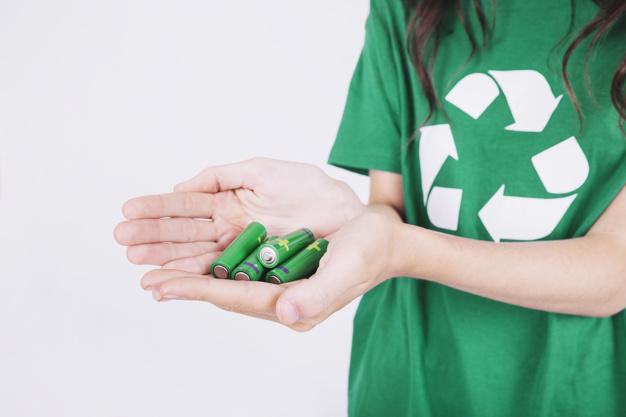 zakonczenie-kobiety-reka-trzyma-zielone-baterie_23-2147839003