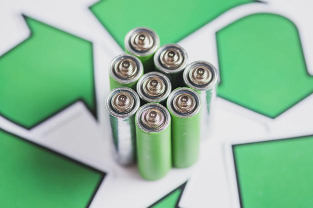 zakonczenie-zielone-baterie-z-przetwarza-ikone-na-bialym-tle_23-2147817229